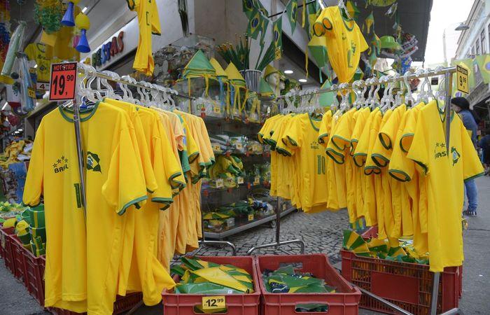 No Saara, comércio popular no centro do Rio, decorado com bandeiras do Brasil, para onde se olha, as lojas exibem as cores verde e amarelo da camisa da seleção. Foto: Agência Brasil/Fernando Frazão