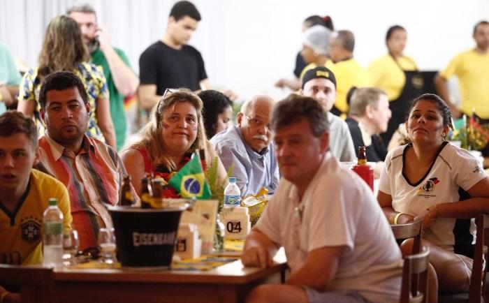 Cônsul da Alemanha, Martina Bock, e a torcida oficial alemã ficaram apreensivos com gol do México. Foto: Paulo Paiva/DP (Paulo Paiva/DP)