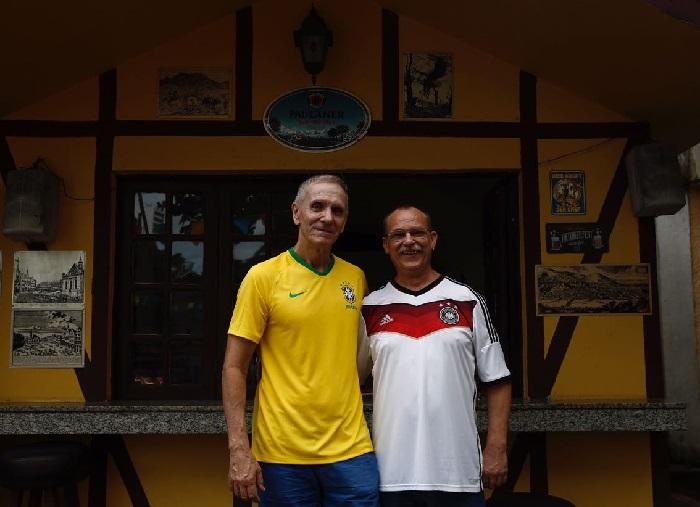 Hans Fuchs e Andreas Schmaller, alemães que acompanharam o jogo Alemanha x México no Clube Alemão. Foto: Paulo Paiva/DP (Paulo Paiva/DP)