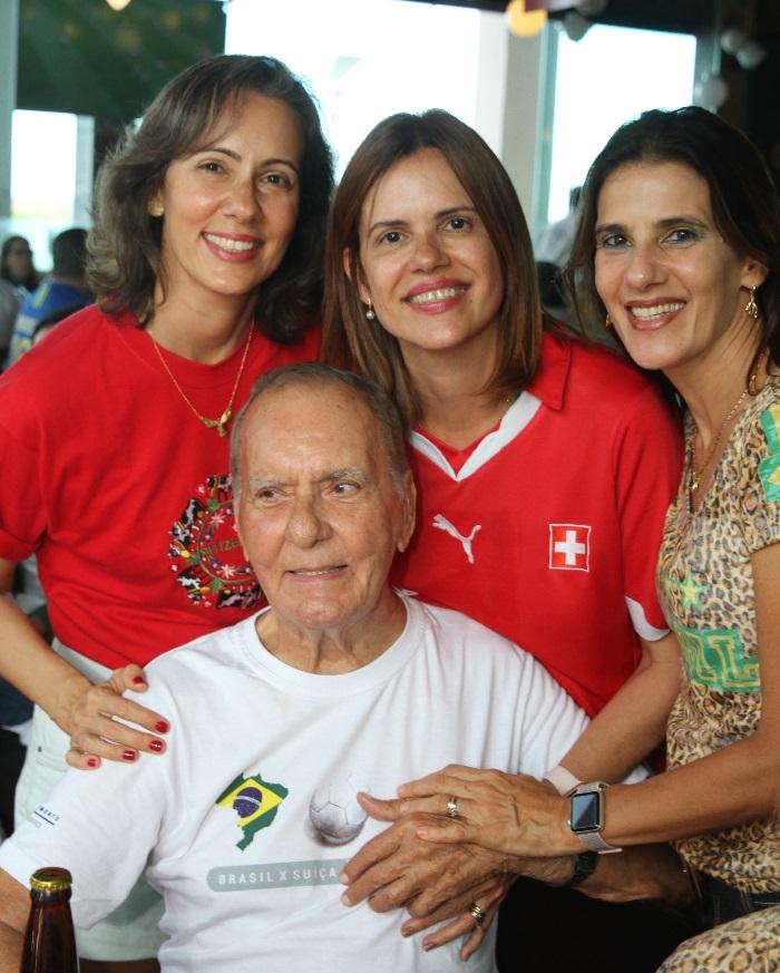 Elizabete, Cláudia e Mônica, torceram com o pai, Alcir Peter, antes da comemoração do empate com o Brasil. Foto: Nando Chiappetta/DP (Nando Chiappetta/DP)