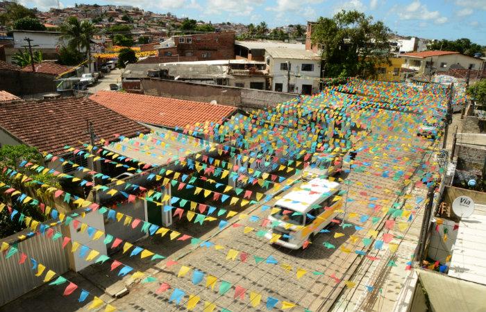 A companhia orienta cuidado com postes de iluminação pública na hora de instalar bandeirinhas de São João e enfeites para a copa. Foto: Antonio Tenorio/PCR/Arquivo/DP