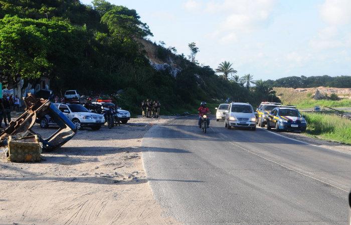 Subida dos Milagres, no Ibura, ficou cercada nesta manhã por policiais. Foto: DP