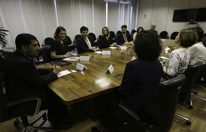O ministro da Indústria, Comércio Exterior e Serviços (MDIC), Marcos Jorge, assina a adesão do ministério à Rede Brasil do Pacto Global da Organização das Nações Unidas (ONU) (Foto: Fabio Rodrigues Pozzebom/Agência Brasil )