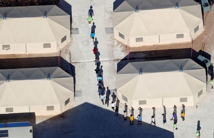 Crianças são separadas dos pais, após entrada ilegal nos Estados Unidos. Foto: Mike Blake/Reprodução/ Agência Brasil
