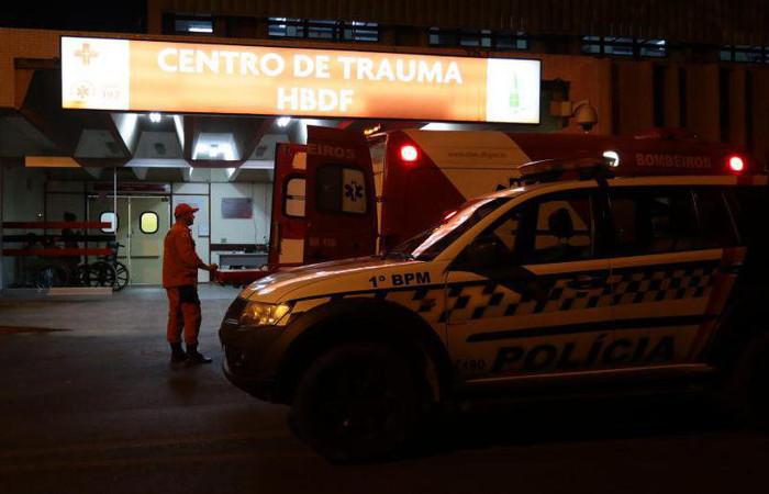 Agentes da 1ª Delegacia de Polícia estiveram no Hospital de Base ontem à noite para investigar o caso. Foto: Luis Nova/Esp. CB/D.A Press