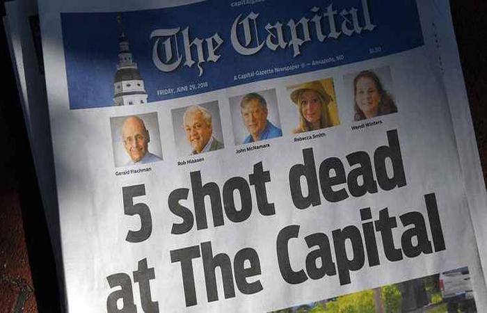 Manchete do jornal no dia seguinte à tragédia (Foto: Mandel Ngan / AFP)