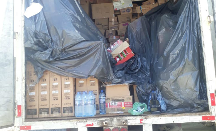 Carga era composta por artigos alimentícios e eletrônicos. Foto: Divulgação/PM (Foto: Divulgação/PM)
