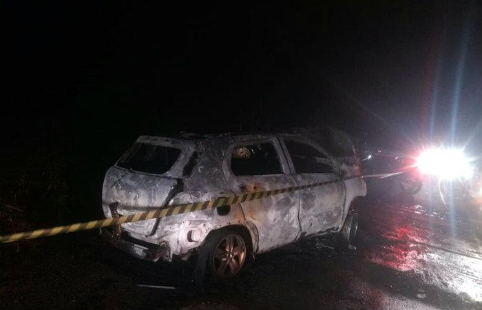 Veículo ficou completamente carbonizado. Foto: CBMPE/Divulgação