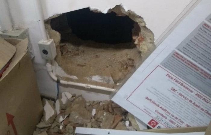 Parede de sala teve buraco aberto pelos bandidos, que fugiram depois que alarme tocou. Foto: Sindicato dos Bancários/Divulgação