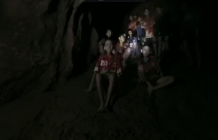 No vídeo é possível notar a dificuldade deles ao serem  atingidos pela luz da lanterna do socorrista, já que passaram os últimos dias em completa escuridão na gruta inundada. Foto: Reprodução/Internet