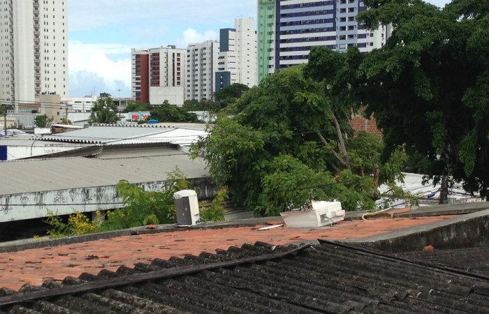 Parte do equipamento furtado foi abandonado no telhado da creche. Foto: divulgação