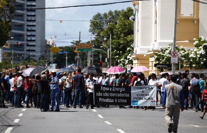 Manifestantes fecharam via próximo ao TJPE. Foto Peu Ricardo/DP