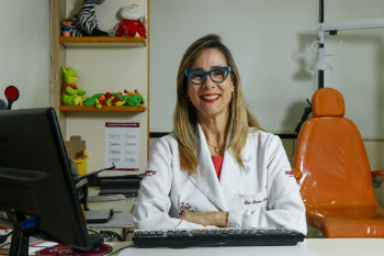A médica oftalmologista Simone Travassos tem observado aumento nos casos de miopia entre crianças. Segundo ela, os graus também têm aumentado mais rapidamente. Foto: Shilton Araújo/Especial pra o DP