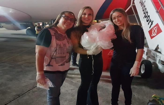 Fabrícia (E) e as duas socorristas que fizeram o parto posam com a recém-nascida Alai Guadalupe. Foto: Arquivo Pessoal