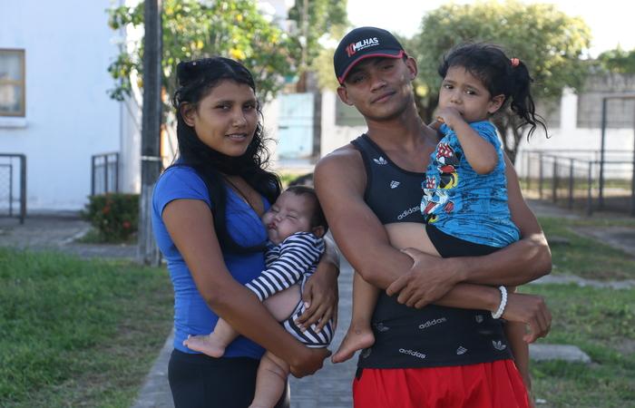 Sorelys Zapata, 23, e a mulher dele, Franzheska Safe, 20, partiram da Venezuela com a filha, Felir, 4. Foto: Gabriel Melo / Esp. DP- LOCAL