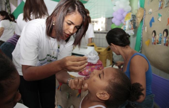 A vacina contra a poliomielite é disponibilizada pelo Sistema Único de Saúde (SUS) e deve ser aplicada aos 2, 4 e 6 meses. Imagem: SSE/Divulgação