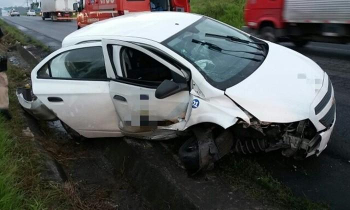 Parte frontal do carro ficou destruída após desviar para canteiro. Foto: Divulgação/PRF