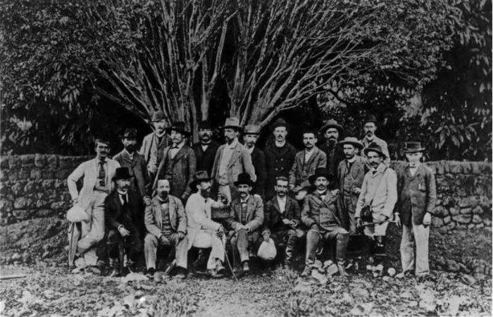 Integrantes da Missão Cruls posam no quintal de um casarão em Pirenópolis: grupo provou que o Pico dos Pireneus era bem menor do que o propagado por goianos. Foto: Luiz B. Neto/Reprodução/ArPDF