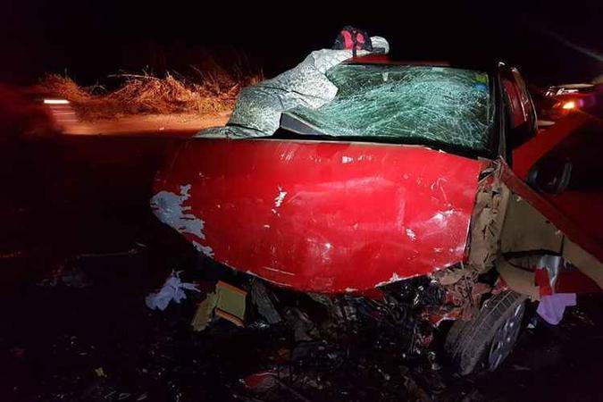 A frente do Pálio, onde estava o casal e três crianças, ficou destruída. foto: Polícia Rodoviária Federal/Divulgação