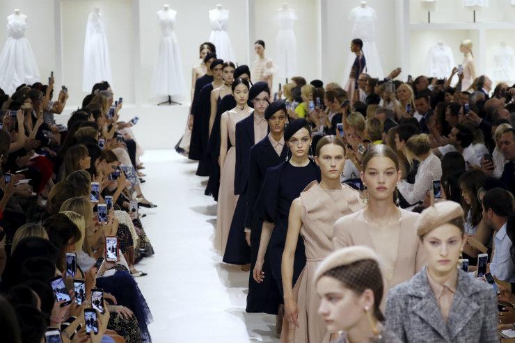 Dior celebrou o minucioso trabalho por trás de cada peça de alta-costura. Foto: François Guillot AFP