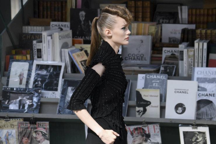 Modelos da Chanel por entre réplicas de barracas de livros características dos arredores do Sena. Foto: Alain Jocard/AFP