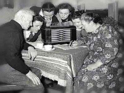 O rádio nesta época ainda era um objeto elitizado; famílias e vizinhos se reuniam em torno dele para ouví-lo. Foto: Arquivo Nacional