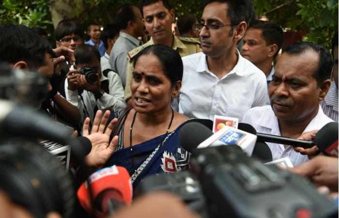 Pais de Jyoti Singh falaram com a imprensa após decisão judicial Foto: Prakash SINGH / AFP