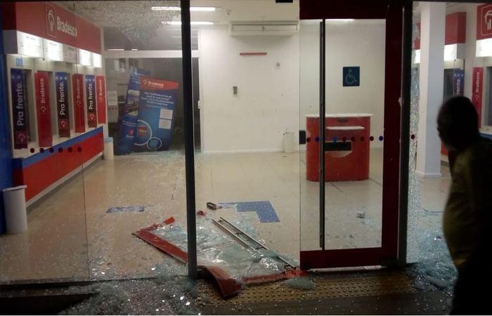 Resultado de imagem para bandidos explodem bancos em surubim pe
