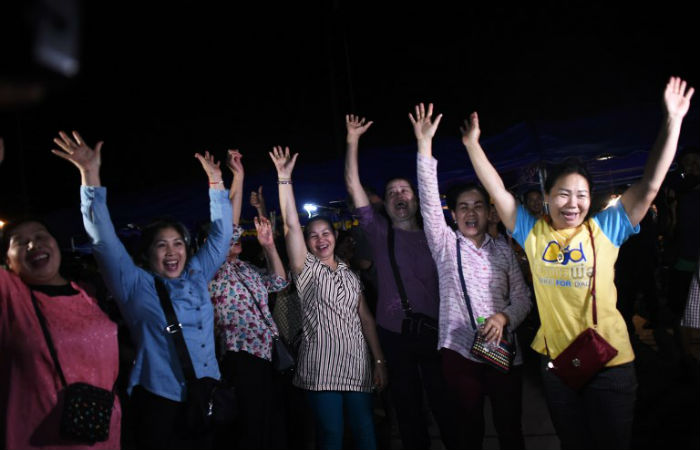 Famílias comemoram salvamento de meninos em caverna na Tailândia Foto: Ye Aung THU / AFP