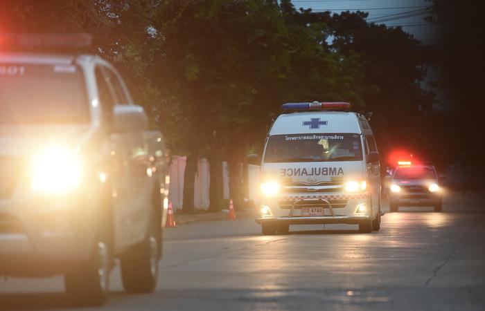 Ambulâncias que transportaram os garotos do time. Foto: LILLIAN SUWANRUMPHA / AFP