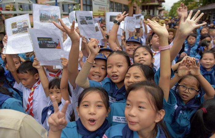 Crianças tailandesas comemoram resgate de jovens e treinador. Foto: Tang Chhin Sothy/AFP