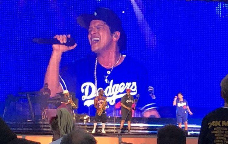 """Bruno Mars retomou a apresentação logo depois do ocorrido e brincou: """"Parece que nós queimamos o palco em Glasgow!"""". foto: Twitter/Reprodução)"""