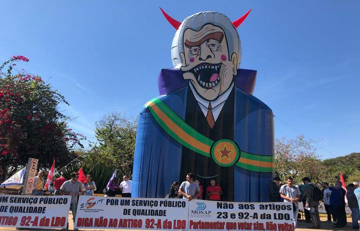 Em frente ao Congresso Nacional, servidores protestam contra congelamento de salários em 2019. Foto: Ana Rayssa/Esp.CB/D.A Press