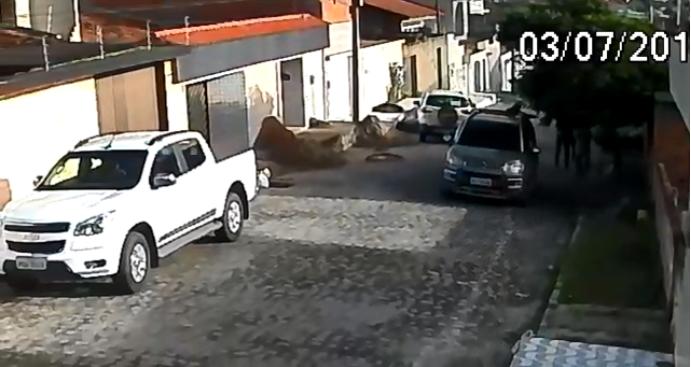 Vídeo gravado no dia 3_7 mostram abordagerm e assalto com mesmo carro do assassinato do advogado. Imagem_ Reprodução-PCPE_Divulgação (Vídeo gravado no dia 3_7 mostram abordagerm e assalto com mesmo carro do assassinato do advogado. Imagem_ Reprodução-PCPE_Divulgação)