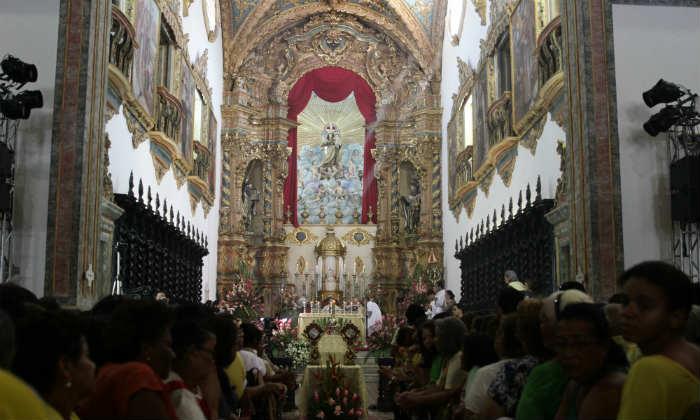 Missas acontecem na basílica e no claustro de hora em hora a partir das 5h. (Alcione Ferreira/DP/DA Press)
