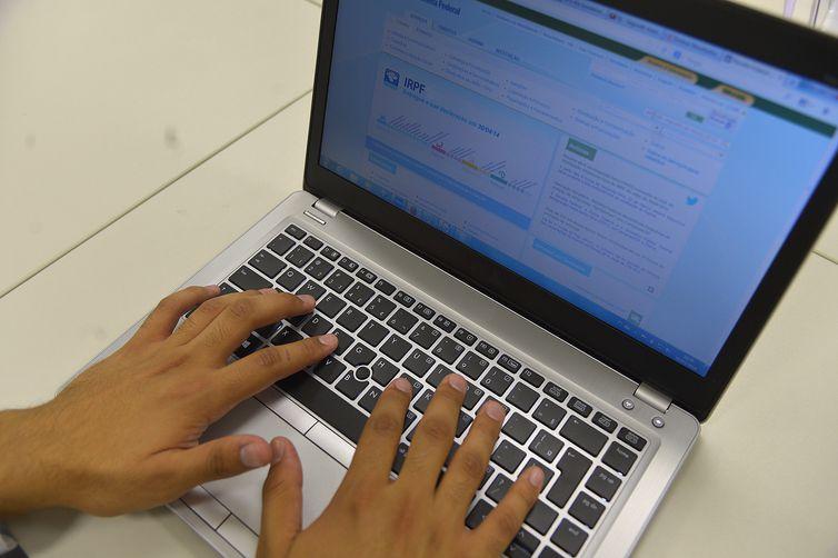 Para saber se teve a declaração liberada, o contribuinte deve acessar a página da Receita na internet, ou ligar para o Receitafone, número 146 (Arquivo Agência Brasil)