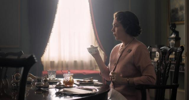 A plataforma de streaming divulgou a primeira imagem de Olivia Colman na série. Foto: Netflix/Divulgação.