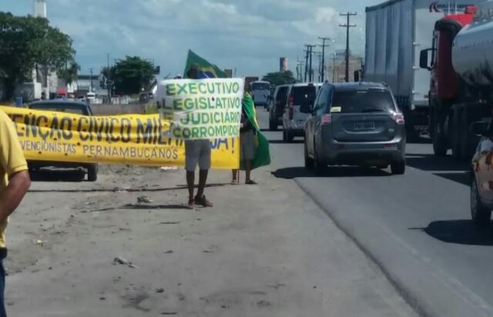Manifestantes chamam a atenção de quem passa na Br-101. Foto: PRF/Divulgação