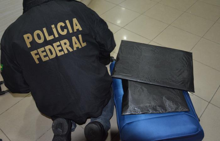 Substância entorpecente encontrada em malas de passageira foi confirmada como cacaína. Imagem: Divulgação/PF