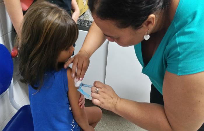 Neste momento, o Ministério da Saúde está intensificando a vacinação das crianças, público mais suscetível à doença. Foto: Sumaia Villela/Agência Brasil