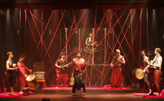 Montagem dirigida pela pernambucana Duda Maia conta com oito atores e músicos no palco. Foto: Fundarpe/Divulgação