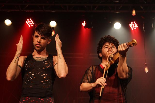 No palco, os artistas se revezam em diversos instrumentos. Foto: Fundarpe/Divulgação