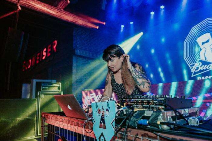 A DJ Allana Marques é uma das convidadas para discotecar na festa. Foto: Felipe Lorenga/Divulgação