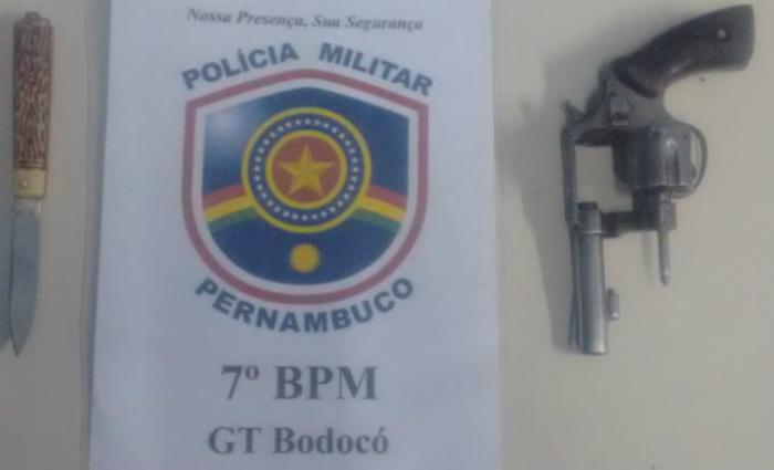 Revólver calibre 32 foi encontrado após denúncia de tumulto em estabelecimento comercial. Foto: Divulgação/PM (Foto: Divulgação/PM)