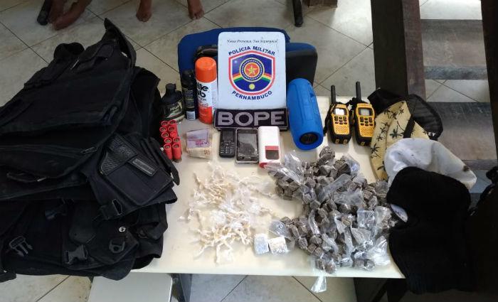 Os acusados e todo material apreendido foram conduzidos à Delegacia Policial de Porto de Galinhas. Foto: Divulgação/PM (Foto: Divulgação/PM)
