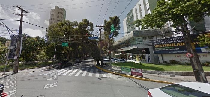 Rua Amélia terá uma faixa de rolamento interditada na terça-feira para obras da Compesa. Imagem: Google Street View (Ago2017)