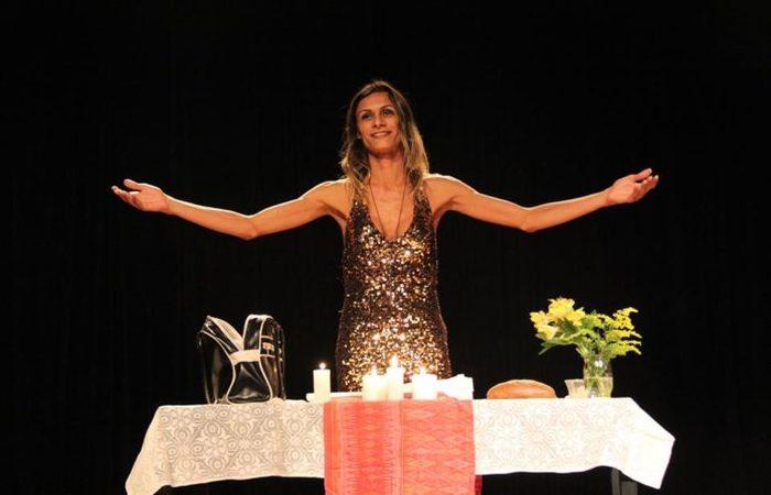 A peça é um monólogo e traz histórias bíblicas sob a perspectiva contemporânea. Foto: Reprodução/Facebook (Foto: Reprodução/Facebook)