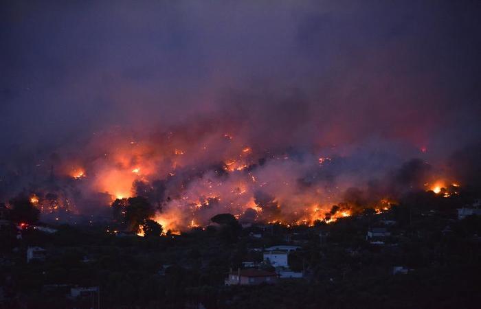 O fogo se espalhou rapidamente pela região de Rafina (foto: Angelos Tzortzinis / AFP)