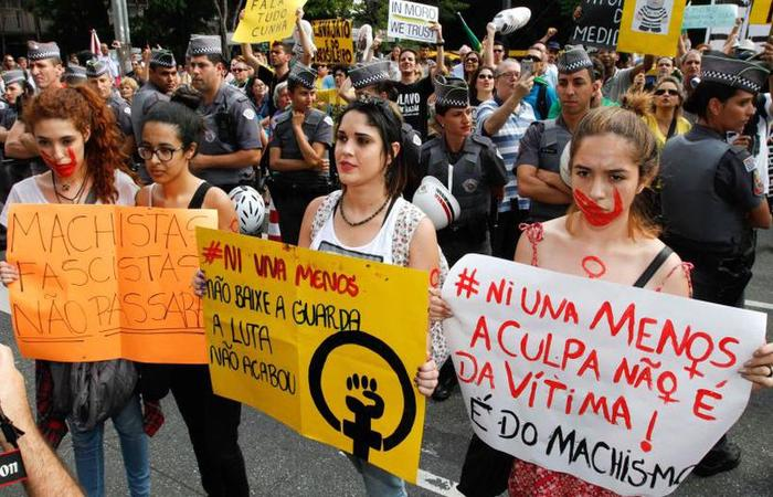 Grupo de mulheres se manifestando contra o estupro de uma jovem argentina, na Avenida Paulista (foto: Marcelo D. Sants/Framephoto)