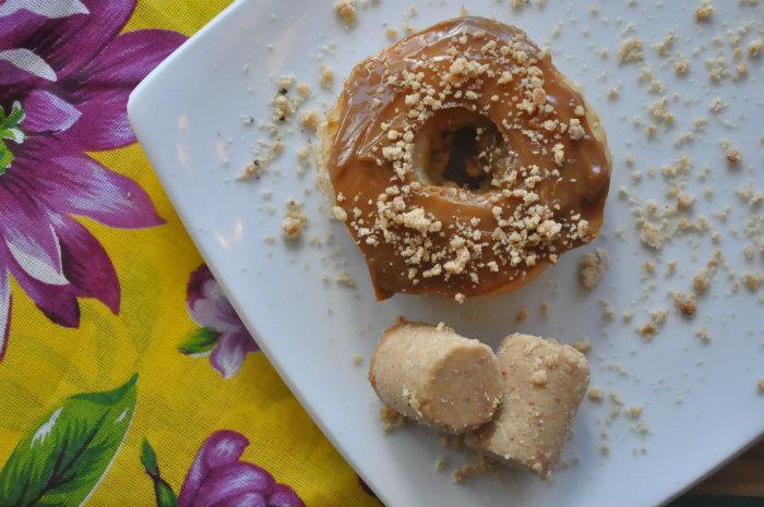 Dear Donuts oferece o Paçoca, recheio de brigadeiro de paçoca e cobertura de doce de leite com farelos de paçoca.